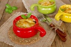 Σούπα με κρέας με το κοτόπουλο και μανιτάρια κάτω από μια κρούστα τυριών Στοκ εικόνες με δικαίωμα ελεύθερης χρήσης