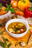 Σούπα με τα κεφτή κοτόπουλου, το λαχανικό και τα αυγά ορτυκιών στο άσπρο πιάτο στοκ φωτογραφίες με δικαίωμα ελεύθερης χρήσης