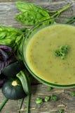 Σούπα με τα κολοκύθια, το βασιλικό και τα φρέσκα κρεμμύδια στοκ εικόνα με δικαίωμα ελεύθερης χρήσης