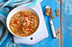 Σούπα με τα μικρά ζυμαρικά, τα λαχανικά και τα κομμάτια του κρέατος Στοκ φωτογραφία με δικαίωμα ελεύθερης χρήσης