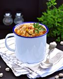 Σούπα με chickpeas, φακές, ρύζι, βόειο κρέας σε ένα κύπελλο σε ένα μαύρο υπόβαθρο Στοκ Εικόνα
