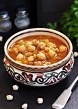 Σούπα με chickpeas, φακές, ρύζι, βόειο κρέας σε ένα κύπελλο σε ένα μαύρο υπόβαθρο Στοκ Εικόνες