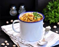 Σούπα με chickpeas, φακές, ρύζι, βόειο κρέας σε ένα κύπελλο σε ένα μαύρο υπόβαθρο Στοκ εικόνες με δικαίωμα ελεύθερης χρήσης
