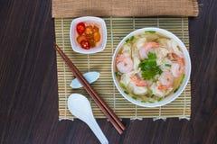 Σούπα νουντλς γαρίδων wonton με το αργό χοιρινό κρέας στη σούπα Στοκ Φωτογραφίες