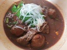 Σούπα νουντλς ρυζιού με το μαγειρευμένο χοιρινό κρέας Στοκ Εικόνες