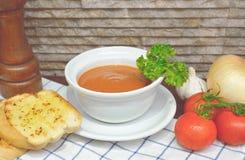 Σούπα ντοματών με το ψωμί σκόρδου συστατικών Στοκ φωτογραφία με δικαίωμα ελεύθερης χρήσης