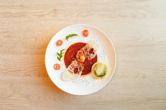 Σούπα ντοματών στον πίνακα κουζινών στον καφέ Στοκ Φωτογραφία