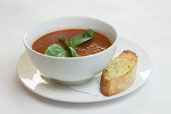 Σούπα ντοματών στον πίνακα κουζινών στοκ φωτογραφίες