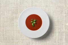 Σούπα ντοματών στο άσπρο πιάτο στοκ εικόνες με δικαίωμα ελεύθερης χρήσης
