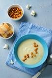 Σούπα πατατών κουνουπιδιών με ψημένα chickpeas Στοκ εικόνα με δικαίωμα ελεύθερης χρήσης