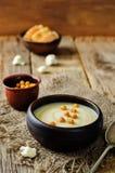 Σούπα πατατών κουνουπιδιών με ψημένα chickpeas Στοκ Φωτογραφίες