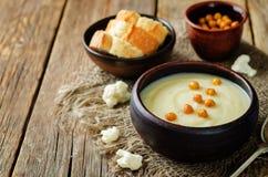Σούπα πατατών κουνουπιδιών με ψημένα chickpeas Στοκ Φωτογραφία