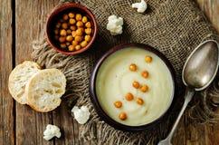 Σούπα πατατών κουνουπιδιών με ψημένα chickpeas Στοκ φωτογραφία με δικαίωμα ελεύθερης χρήσης