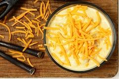 Σούπα πατατών τυριού Cheddar στον πίνακα Στοκ φωτογραφία με δικαίωμα ελεύθερης χρήσης