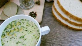 Σούπα που διακοσμείται με τα φρέσκα λαχανικά και το ψωμί απόθεμα βίντεο