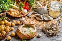 Σούπα που εξυπηρετείται στο ψωμί με το λουκάνικο και το αυγό Στοκ φωτογραφία με δικαίωμα ελεύθερης χρήσης