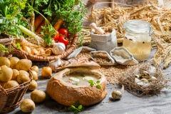 Σούπα που εξυπηρετείται στο ψωμί με το λουκάνικο και το αυγό Στοκ Φωτογραφίες