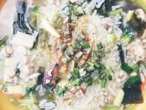 Σούπα ρυζιού με τα λαχανικά, chickenin και χοιρινό κρέας στο άσπρο κύπελλο ύφος Ταϊλανδός τροφίμων στοκ φωτογραφία με δικαίωμα ελεύθερης χρήσης