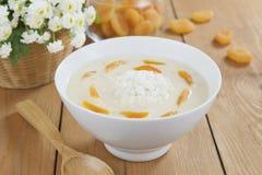 Σούπα ρυζιού με την κρέμα και τα ξηρά βερίκοκα Στοκ Φωτογραφία