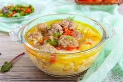 Σούπα ρυζιού με τις σφαίρες και τα λαχανικά κρέατος σε ένα διαφανές κύπελλο γυαλιού Στοκ φωτογραφία με δικαίωμα ελεύθερης χρήσης