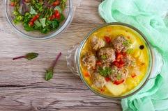 Σούπα ρυζιού με τις σφαίρες και τα λαχανικά κρέατος σε ένα διαφανές κύπελλο γυαλιού Στοκ Εικόνες