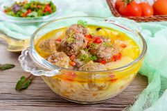 Σούπα ρυζιού με τις σφαίρες και τα λαχανικά κρέατος σε ένα διαφανές κύπελλο γυαλιού Στοκ φωτογραφίες με δικαίωμα ελεύθερης χρήσης