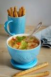 Σούπα σε ένα μπλε κεραμικό κύπελλο Στοκ Εικόνες
