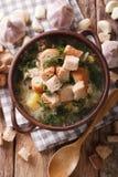 Σούπα σκόρδου με croutons την κινηματογράφηση σε πρώτο πλάνο σε ένα κύπελλο Στοκ Εικόνες