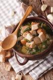Σούπα σκόρδου με croutons την κινηματογράφηση σε πρώτο πλάνο σε ένα κύπελλο κάθετος Στοκ φωτογραφία με δικαίωμα ελεύθερης χρήσης