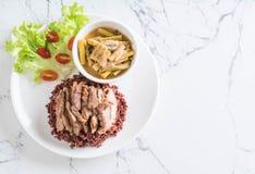 σούπα σπανακιού νερού χοιρινού κρέατος και κάρρυ με το ρύζι μούρων Στοκ Φωτογραφία