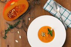 Σούπα, σπόροι, ψωμί και βασιλικός κολοκύθας στο πιάτο στο ξύλινο υπόβαθρο Στοκ φωτογραφίες με δικαίωμα ελεύθερης χρήσης