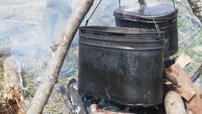 Σούπα στην πυρκαγιά στρατοπέδευσης φιλμ μικρού μήκους