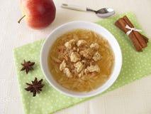 Σούπα της Apple με την κανέλα, το γλυκάνισο αστεριών και το κάλυμμα ψίχουλου Στοκ Φωτογραφίες