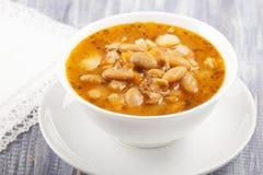 Σούπα του άσπρου φασολιού σε ένα άσπρο πιάτο Στοκ εικόνες με δικαίωμα ελεύθερης χρήσης