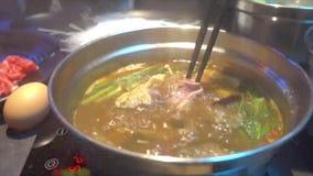 Σούπα του Tom Yum στο καυτό δοχείο Sukiyaki απόθεμα βίντεο