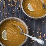 Σούπα φακών με το σκόρδο και λεμόνι στα πιάτα αργίλου Στοκ Εικόνα