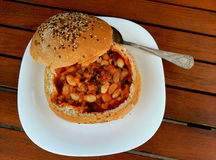 Σούπα φασολιών στο σπιτικό ψωμί σπόρων Στοκ Εικόνα