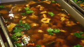 Σούπα χοιρινού κρέατος με τα κινεζικά καρυκεύματα HD απόθεμα βίντεο