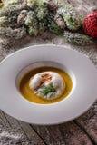 Σούπα ψαριών Chrismas στο άσπρο πιάτο με τις διακοσμήσεις Χριστουγέννων, σύγχρονη γαστρονομία στοκ εικόνες
