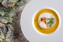 Σούπα ψαριών Chrismas στο άσπρο πιάτο με τις διακοσμήσεις Χριστουγέννων, σύγχρονη γαστρονομία στοκ φωτογραφίες με δικαίωμα ελεύθερης χρήσης