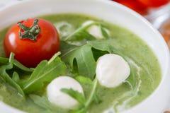 Σούπα Arugula και πουρέ ντοματών στο άσπρο κύπελλο Στοκ Φωτογραφίες