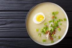 Σούπα Caldo Arroz με την κινηματογράφηση σε πρώτο πλάνο ρυζιού, κοτόπουλου και αυγών οριζόντιος Στοκ Εικόνες