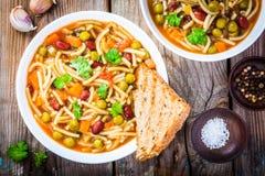 Σούπα Minestrone με ολόκληρες τις φρυγανιές σιταριού Στοκ φωτογραφίες με δικαίωμα ελεύθερης χρήσης