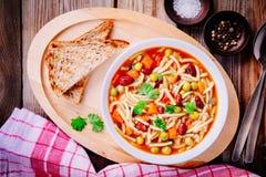 Σούπα Minestrone με τα λαχανικά και τα ζυμαρικά και ολόκληρες τις φρυγανιές σιταριού Στοκ φωτογραφίες με δικαίωμα ελεύθερης χρήσης