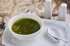 Σούπα Minestrone με το arugula στο κύπελλο Στοκ Εικόνα