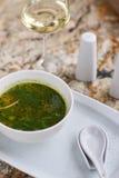 Σούπα Minestrone με το arugula στο κύπελλο Στοκ εικόνες με δικαίωμα ελεύθερης χρήσης