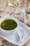 Σούπα Minestrone με το arugula στο κύπελλο Στοκ Φωτογραφία