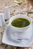 Σούπα Minestrone με το arugula στο κύπελλο Στοκ Φωτογραφίες