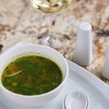 Σούπα Minestrone με το arugula στο κύπελλο Στοκ φωτογραφία με δικαίωμα ελεύθερης χρήσης
