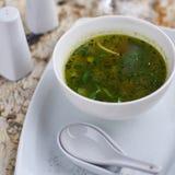 Σούπα Minestrone με το arugula στο κύπελλο Στοκ εικόνα με δικαίωμα ελεύθερης χρήσης